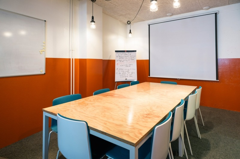Beautiful meeting room in a Coworking/Café - 1