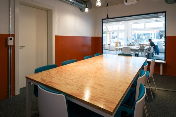 Beautiful meeting room in a Coworking/Café - 2